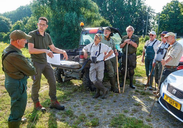 Boswachter Ido Pruijn geeft instructies aan de vrijwilligers die de uiterwaarden na het hoge water van afgelopen week controleren op aangespoelde kadavers en objecten.