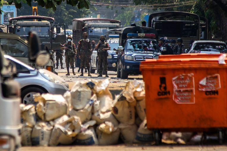 Betogers hebben een barricade tegen het leger gemaakt in Yangon. Beeld AP