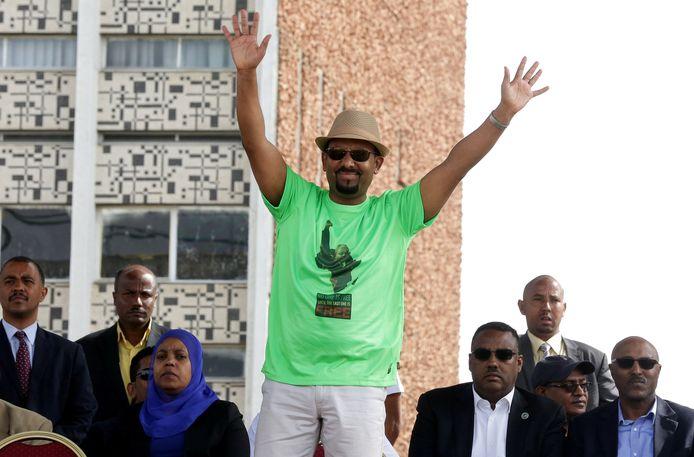 Abiy Ahmed wuift naar zijn aanhangers tijdens een bijeenkomst in Addis Ababa.