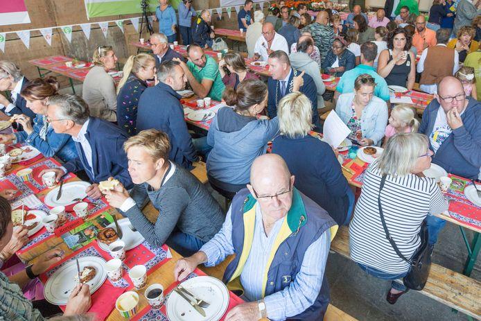 Het boerenontbijt voor nieuwe inwoners was jarenlang een traditie op Noord-Beveland. Een gezamenlijke hap, zoals op de archieffoto in Colijnsplaat, zit er door corona niet in dit jaar.