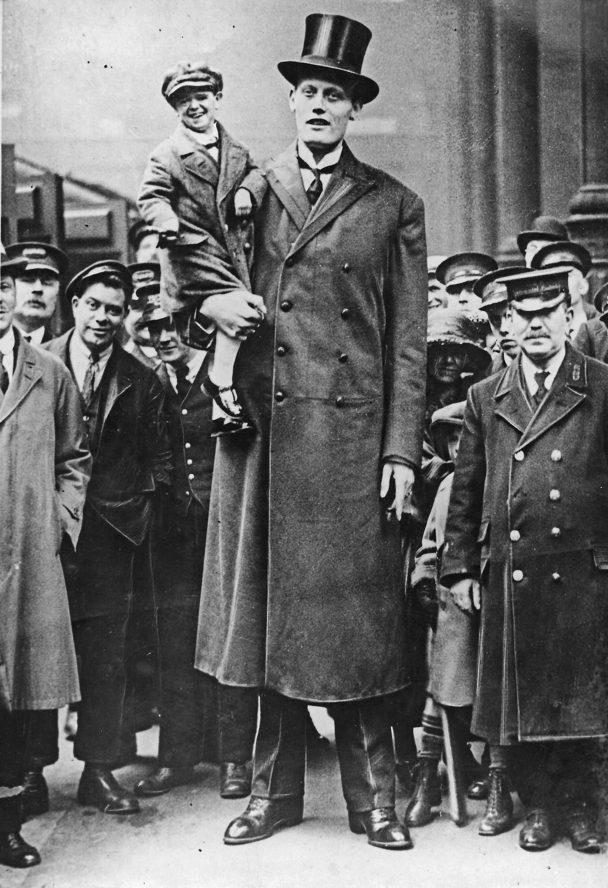 Albert Kramer met Seppetoni (Josef Fässler) op de arm, bij Liverpool Station in Londen, 1924.
