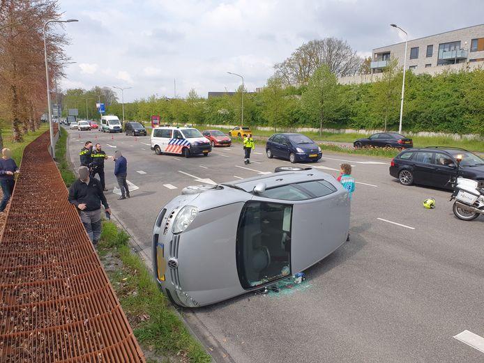 De auto belandde op de zijkant.