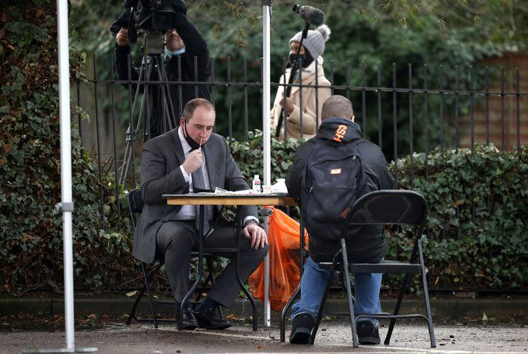 De zelftest is in Engeland al een stuk gebruikelijker dan in Nederland. Deze man checkte zichzelf begin februari in Londen, nadat een nieuwe, hoogbesmettelijke variant was opgedoken. Beeld REUTERS
