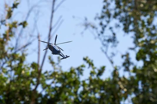 Een politiehelikopter hielp mee bij de zoektocht naar de verdachten.