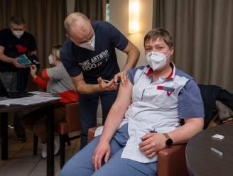 """Zorgpersoneel woonzorgcentrum Kasteelhof krijgt eerste prik tegen coronavirus: """"Dit brengt wat gemoedsrust"""""""