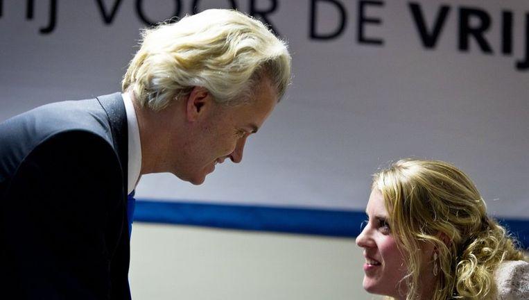 PVV-leider Geert Wilders (L) praat met Vicky Maeijer (R) tijdens de presentatie van de PVV-kandidaten voor de Provinciale Statenverkiezingen in Zuid-Holland. Beeld null