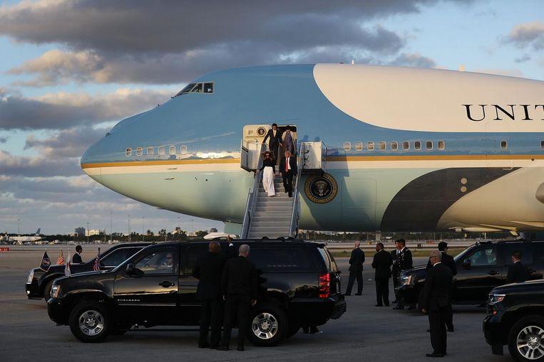 President Trump stapt in februari op de luchthaven van Palm Beach uit Air Force One, samen met First Lady Melania. Van de afgelopen negen weekendjes, pakte Trump vijf keer zijn presidentiële vliegtuig om naar Florida te gaan. Beeld Getty