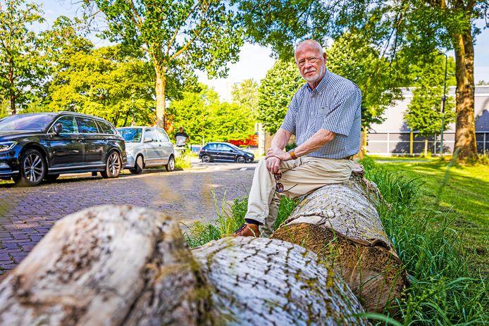 Leo Schaap houdt zich al jaren bezig met de parkeerproblemen in de wijk Sterrenburg-Noord. In de Eastonstraat zijn op verzoek van bewoners boomstammen neergelegd om te voorkomen dat automobilisten op het gras parkeren.
