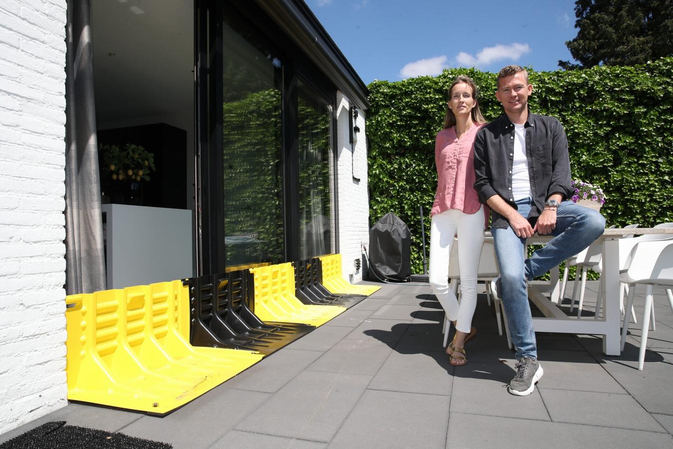 Eline Hollants en Mark Zwarthoed bij de op maat gemaakte waterschotten.