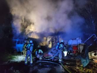 Caravan, minibus en auto branden uit bij depanneur
