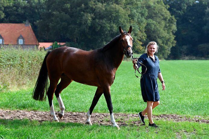 Ingrid Diepman met een van de paarden op het terrein in Hoonhorst. Het concours gaat dit jaar niet door.