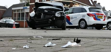 Auto slingert 100 meter weg na aanrijding in Enschede, twee geparkeerde auto's geramd