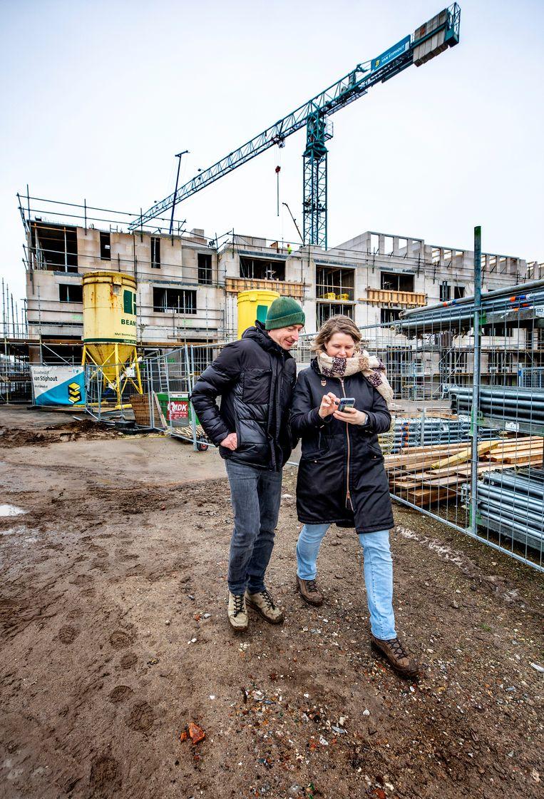 Een stel bekijkt zijn nieuwbouwwoning in Utrecht. Beeld Raymond Rutting / de Volkskrant
