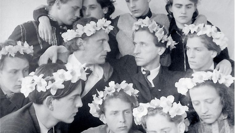Bij sommige gelegenheden droegen de jongens in Castrum bloemenkransen op hun hoofd Beeld Archief Castrum Peregrini Amsterdam