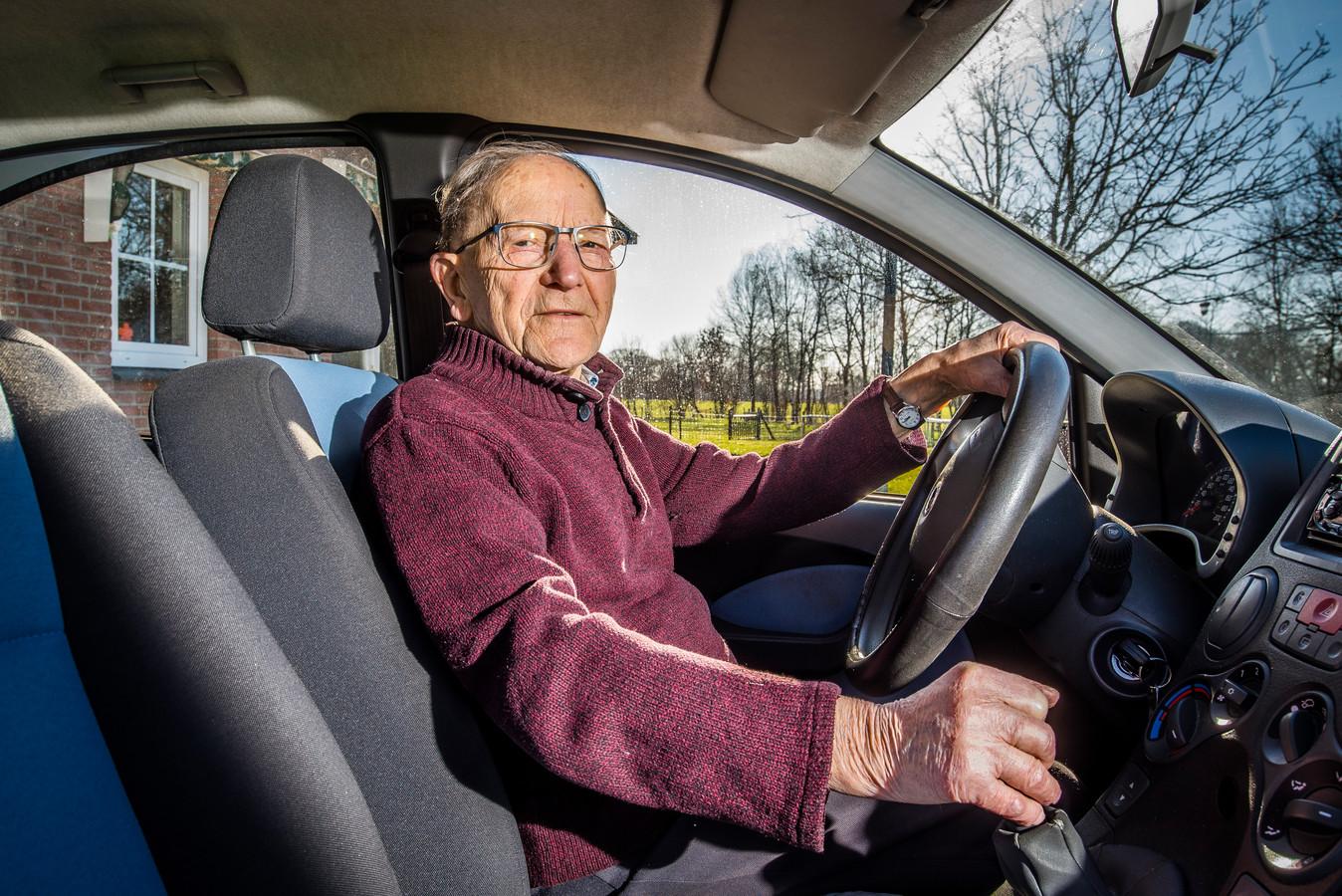 Gerard Kamphuis vierde vandaag zijn honderdste verjaardag. De kwieke inwoner van Lattrop heeft net zijn rijbewijs verlengd voor vijf jaar.