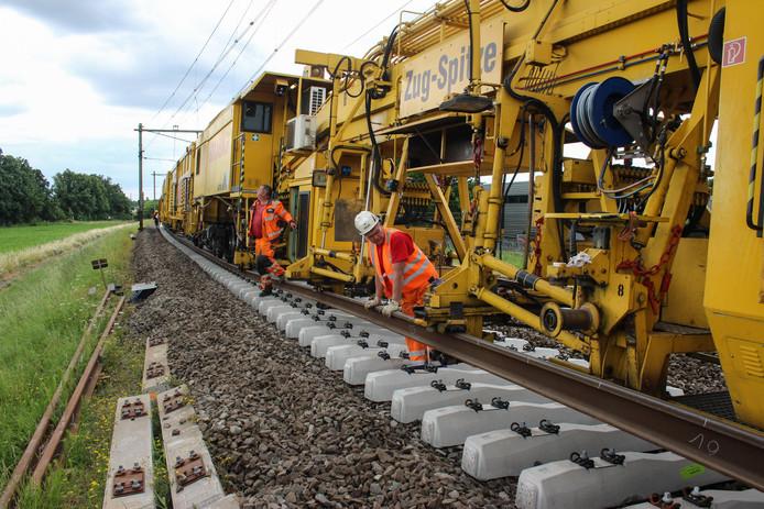 De vernieuwingstrein die wordt ingezet bij de aanpak van het spoor tussen Wehl en Zevenaar.