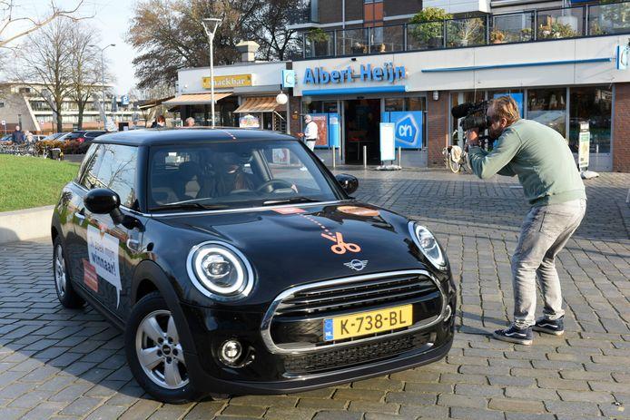 Ergens in Veldhoven of omgeving moet hij of zij al bijna een jaar rondlopen: de eigenaar van een 'halve' gloednieuwe Mini.