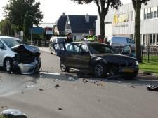 Auto's knallen op elkaar in Staphorst, één bestuurder naar het ziekenhuis