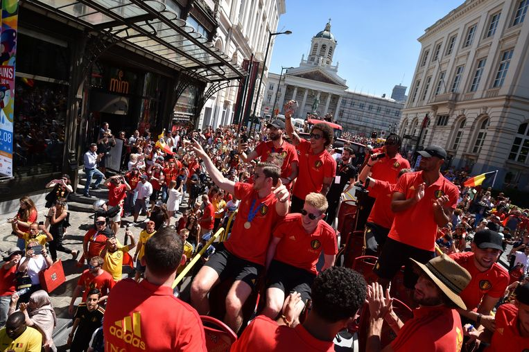 In een open bus worden de spelers door Brussel gereden. Beeld Photo News
