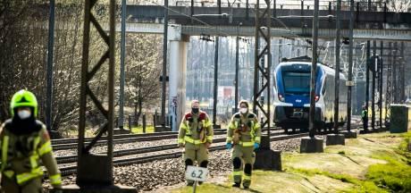 Fietser ontsnapt aan dood bij botsing met trein op onbewaakte spoorwegovergang in Rheden