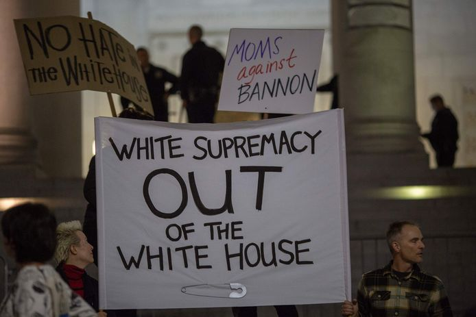 Protest tegen de keuze van Donald Trump om witte nationalist Steve Bannon, voormalig hoofdredacteur van Breitbart News, in dienst te nemen.