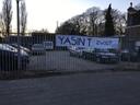 Spandoek dat bewoners van de Strijpsestraat in Eindhoven ophingen. Wethouder Yasin Torunoglu reageerde niet snel genoeg op hun ongenoegen over het bouwplan voor deze locatie.