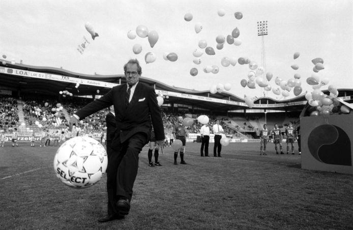 Burgemeester Brokx opent het stadion met een trap tegen de bal.