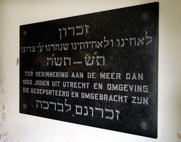 Een gedenksteen in de synagoge aan de Springweg