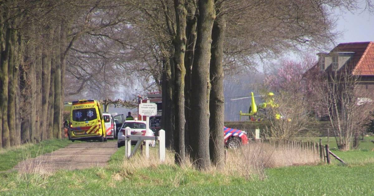Dode bij ernstig ongeluk: auto botst tegen schuur bij boerderij.
