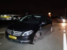Auto verliest voorwiel tijdens het rijden in Didam