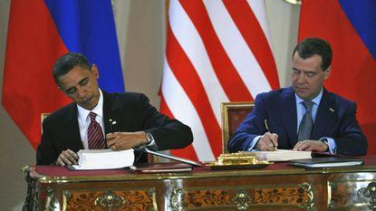 Obama en Medvedev tekenen historisch wapenverdrag in Praag