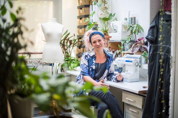 """Mirte Engelhard in haar atelier in Modekwartier Klarendal. Zij heeft zich nu ook aan het maken van mondkapjes gezet. Daarnaast produceert ze, samen met Els Broekman, als extraatje in deze coronatijd zogeheten housebroeken. ,,Die gaan als een malle."""""""