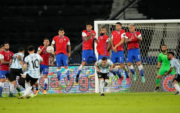 Lionel Messi zet Argentinie op voorsprong uit een vrije trap.