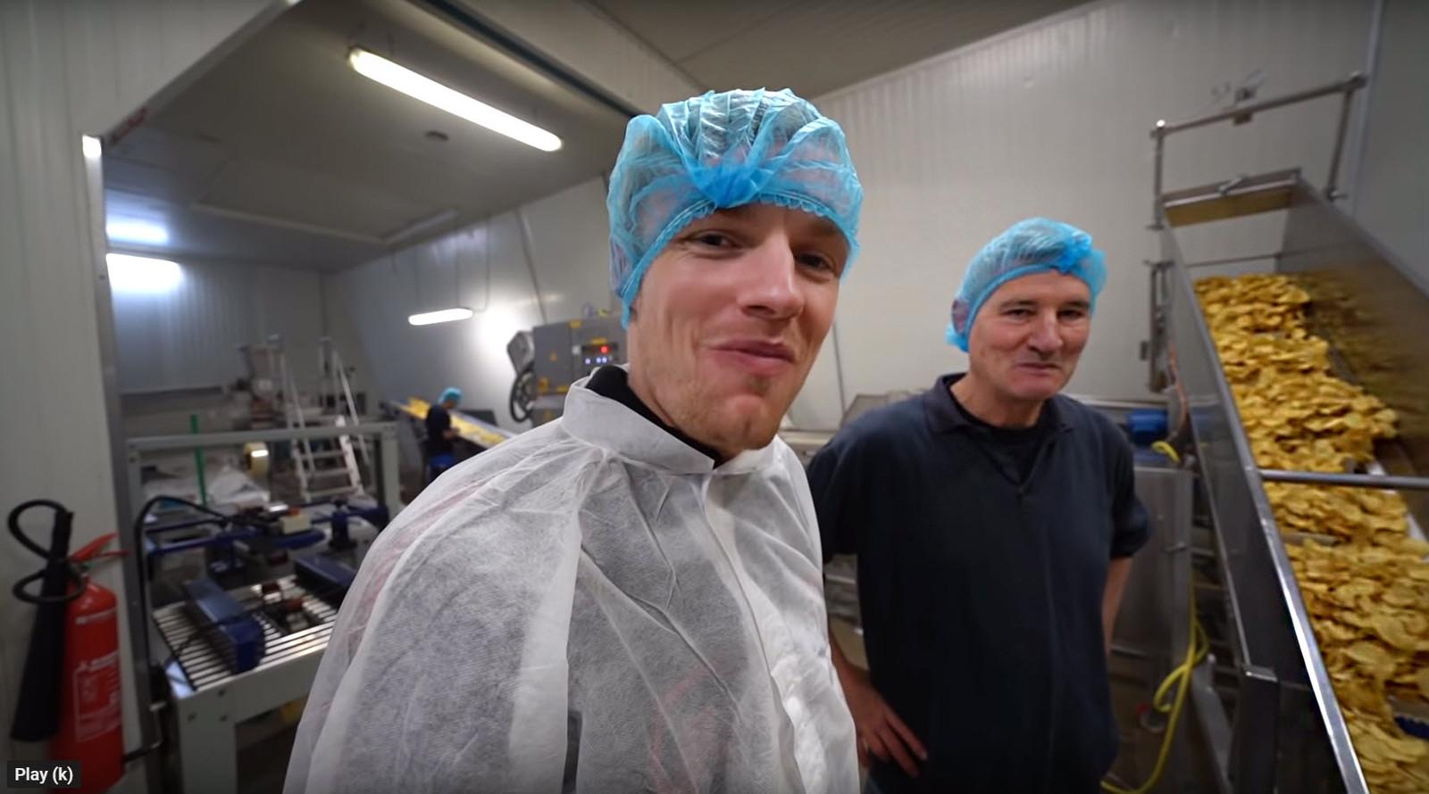 Vlogger Enzo Knol samen met Henk Scheele van Boerderij Chips.