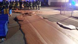 Duitse weg overstroomd met chocolade na lek in fabriek