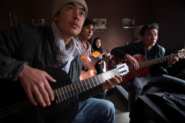 2014: Afghaanse studenten van het inmiddels gesloten culturele centrum in Kaboel.  Beeld REUTERS