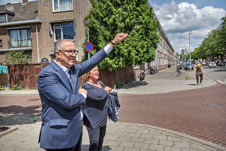 Burgemeester Aboutaleb ergert zich aan een lawaaiige Mercedes. Beeld Guus Dubbelman / de Volkskrant