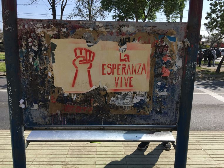 'De hoop leeft', staat op dit bord. Beeld La Cordillera de los Suenos (The Cordillera of dreams)