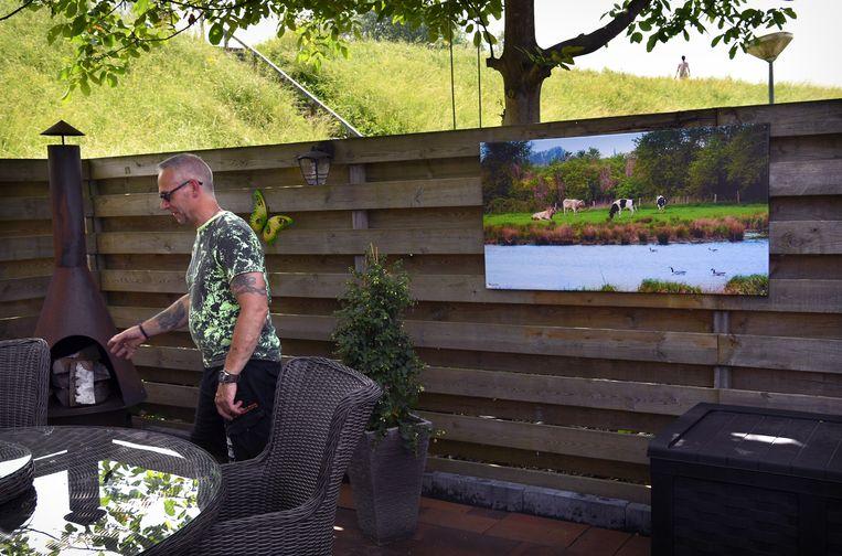 De Waaldijk gefotografeerd vanuit een huis in de Donkerstraat. In plaats van het dijktalud te verbreden wordt er nu een damwand geplaatst omdat de dijken weer verhoogd en versterkt moeten worden. Beeld Marcel van den Bergh
