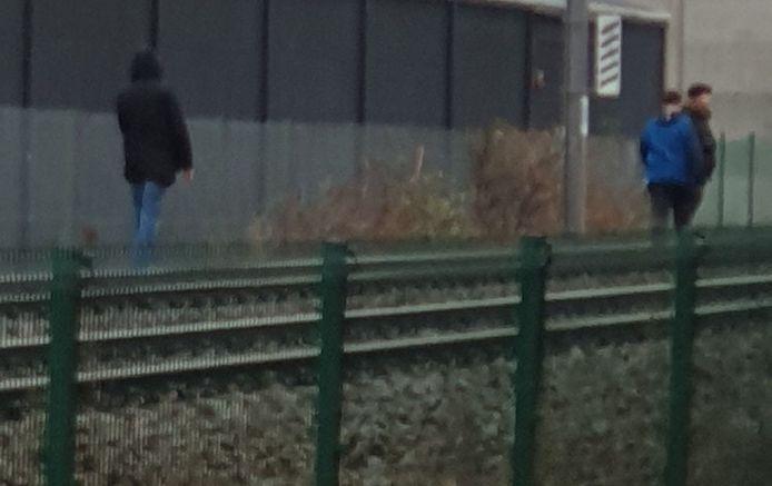 De drie jongemannen liepen op de sporen in de Stadionstraat.