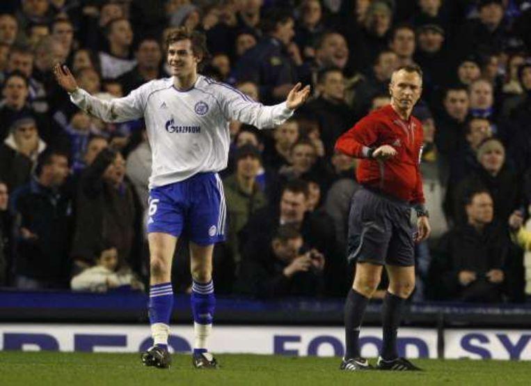 Lombaerts kreeg met Zenit op Everton al na een halfuur rood voor handspel. Beeld UNKNOWN
