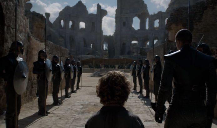 Tyrion wordt voor de 'leeuwen' gegooid.