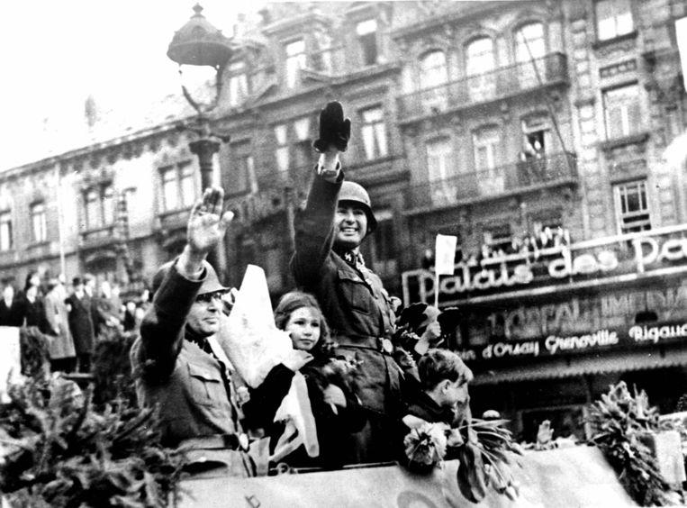 Léon Degrelle, leider van de fascistische partij Rex, wordt ontvangen met bloemen in bezet Brussel bij de terugkeer van het Waals Legioen van het oostfront. Beeld Roger-Viollet