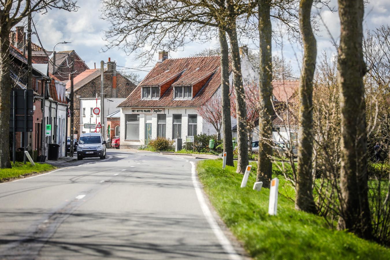 Café het Witte Paard, landelijk gelegen op de grens van België met Frankrijk.