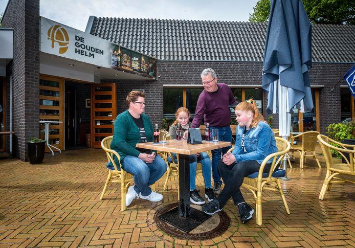 Gemeenschapshuis Gouden Helm in Helenaveen heeft het terras weer geopend. Ben Jonker serveert (vlnr) Kim, Lynn en Luca.
