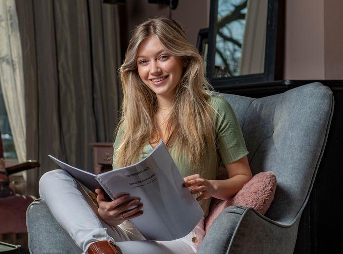 De 18-jarige Sterre Koning uit Zutphen doet mee aan het grote livespektakel The Passion. Ze is met 18 jaar de jongste discipel ooit die aan de show heeft meegedaan. Ze leest thuis nog een keer het draaiboek door.