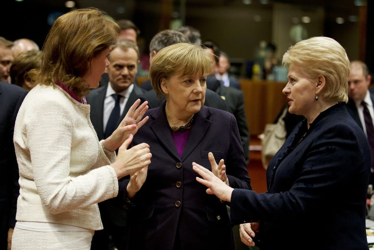 Bondkanselier Angela Merkel in gesprek met collega's Alenka Bratusek (Slovenië) (links) en Dalia Grybauskaite (Litouwen) over de situatie in de Oekraïne, vorig jaar. Beeld ANP