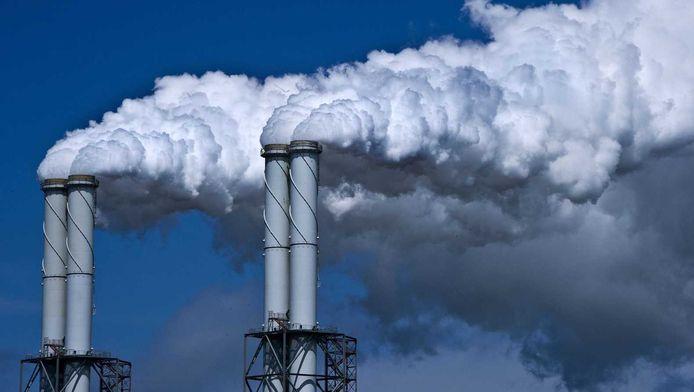 De schoorstenen van de kolencentrale op de Maasvlakte.