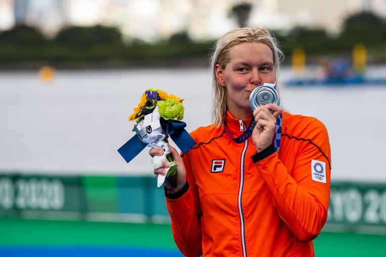 Sharon van Rouwendaal is blij met zilver. Beeld EPA