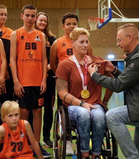 Rolstoelbasketbalster Chèr Korver koninklijk onderscheiden in Nijkerk: 'Voorbeeld voor de jeugd'